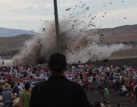 Máy bay chiến đấu đâm vào khán đài, 59 người thương vong