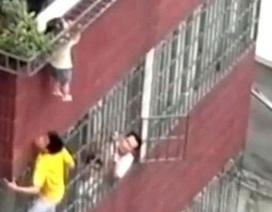 Thót tim cảnh em bé bị treo lủng lẳng trên ban công tầng 4