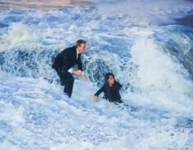 """Màn cầu hôn lãng mạn bị """"đổ bể"""" vì sóng lớn"""