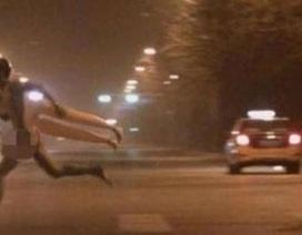 Khỏa thân ôm búp bê tình dục rượt đuổi giữa phố