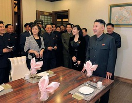 """Vợ chồng Kim Jong-un """"tái xuất"""" trước công chúng"""