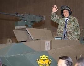 """Thủ tướng Shinzo Abe cưỡi xe tăng, hô khẩu hiệu """"Nhật Bản bị xâm lược"""""""