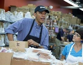 Ông Obama làm tình nguyện viên đóng gói đồ ăn