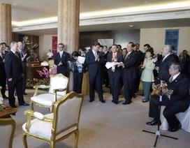 Tổng thống Indonesia đánh đàn ghi-ta hát mừng sinh nhật Putin