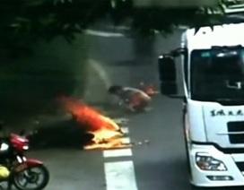 Trung Quốc: Tài xế xe máy bốc cháy do va chạm với xe tải