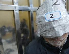 Trung Quốc: Tranh cãi chuyện cảnh sát dùng băng dính quấn đầu nghi phạm