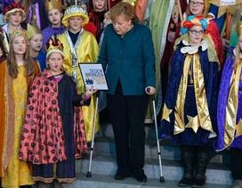 Thủ tướng Đức Merkel vừa hát vừa chống nạng