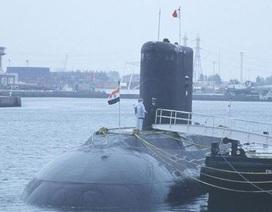 Tàu ngầm Ấn Độ bốc khói mù mịt, 2 thủy thủ mất tích