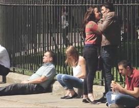 Xôn xao video người thanh niên bị bạn gái tấn công nhưng không ai can