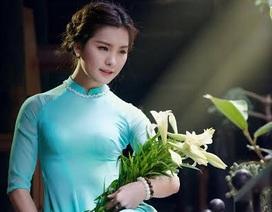 Nữ sinh trường Báo dịu dàng bên hoa loa kèn tháng Tư