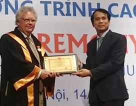 """Trao tặng kỷ niệm chương """"Vì sự nghiệp giáo dục"""" cho 3 Giáo sư Bỉ"""