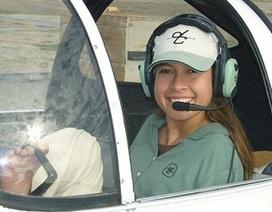 Kinh ngạc cô gái có thể điều khiển máy bay…bằng chân