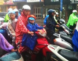 Phụ huynh, học sinh vất vả về nhà tránh bão trong mưa to, gió lớn