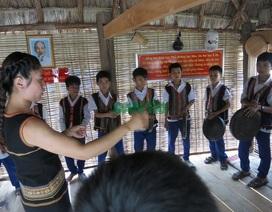 Học trò biểu diễn cồng chiêng, múa xoang trong sân trường