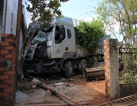 Xe tải mất lái, đâm hàng loạt nhà dân