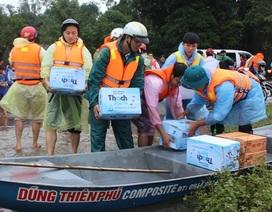 Khẩn cấp tiếp tế mì tôm, nước uống cho dân vùng lũ
