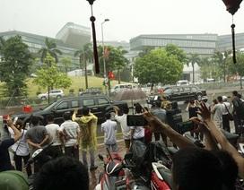 Người Hà Nội đội mưa chờ gặp Tổng thống Mỹ Obama
