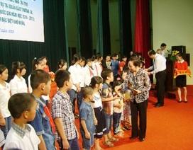 Phó Chủ tịch nước Nguyễn Thị Doan trao học bổng đến học sinh Hà Nam