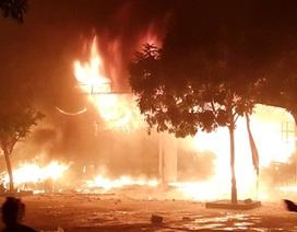 Chợ Phủ Lý cháy dữ dội trong đêm