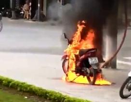 """Vi phạm giao thông, """"xin"""" không được, người đàn ông châm lửa đốt xe máy"""