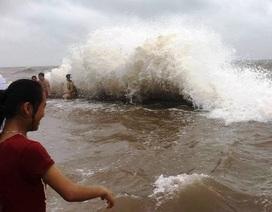 Tắm biển ngay trên bờ đê khi sóng lớn biến đường đi... thành bãi tắm
