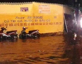 Mưa đầu hạ, người, xe bì bõm bơi trên phố