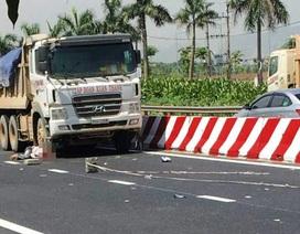 Công nhân sơn đường tử nạn dưới bánh xe tải