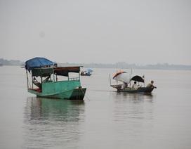 Cả gia đình 4 người chìm xuống sông Hồng
