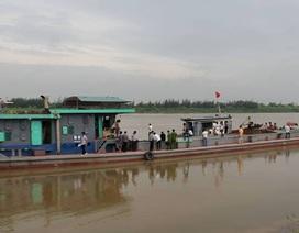 Tích cực tìm kiếm nạn nhân mất tích trong vụ chìm tàu trên sông Hồng