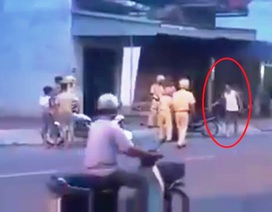 Người đàn ông cầm gậy tấn công cảnh sát giao thông