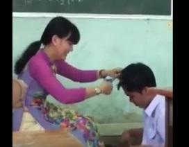 Xúc động hình ảnh cô giáo cắt tóc cho học sinh