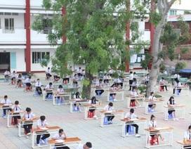 Học sinh thi học kỳ... ngoài sân để tránh gian lận