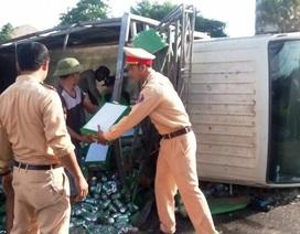 CSGT cùng người dân dọn hơn 200 két bia trên đường