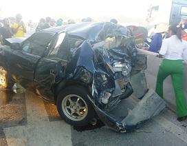 Ô tô bị tông nát bét, tài xế thoát chết may mắn