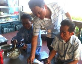 Người mang những suất cơm cho bệnh nhân nghèo