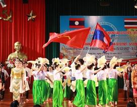 Trao tặng học bổng cho lưu học sinh Lào - Thái Lan học giỏi
