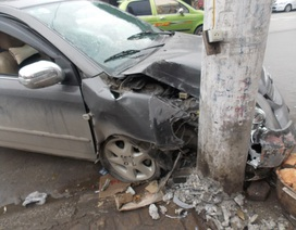 Ô tô tông cột điện, 4 người trong xe bị thương