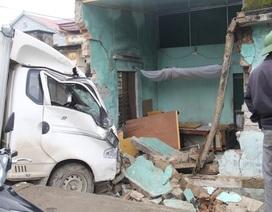 Xe tải đâm sập tường nhà dân, hai bà cháu thoát chết trong gang tấc