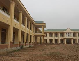"""Trường hàng chục tỷ xây xong để """"phủ bụi"""", học sinh phải đi ở nhờ, học tạm"""