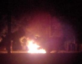Xe tải bốc cháy, phát nổ gần cầu Nam Đàn