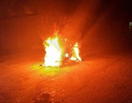 Cả làng vây đánh, đốt xe của 2 thanh niên vì nghi trộm chó