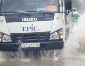 """Người dân """"rẽ sóng"""" đi làm sau mưa lớn"""