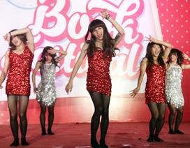 Thú vị vũ công nam giả gái, nhảy điệu nghệ trên giày cao gót