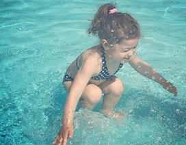 Dân mạng tranh cãi về bức ảnh cô bé ở trên hay dưới nước