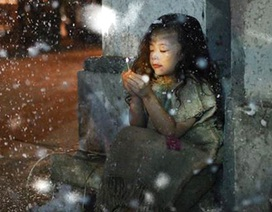 """Bộ ảnh """"cô bé bán diêm"""" đáng suy ngẫm mùa Giáng sinh"""