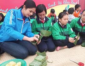 Hoa hậu Ngọc Hân cùng học sinh gói bánh chưng tặng trẻ em vùng cao