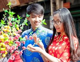 Học sinh Hà thành diện áo dài đón Tết về trên phố