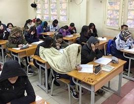 Học sinh quấn chăn đến lớp học vì quá giá rét