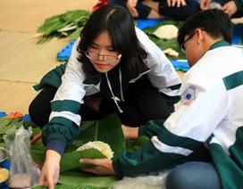Học sinh Lomonoxop học gói bánh chưng ngày Tết
