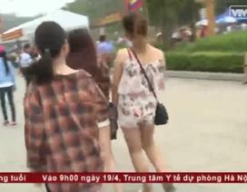 Clip bạn trẻ xả rác, ăn mặc phản cảm tại lễ hội đền Hùng